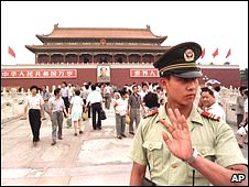 A Chinese military policeman in front of Beijing's Tiananmen Gate (archive photo)