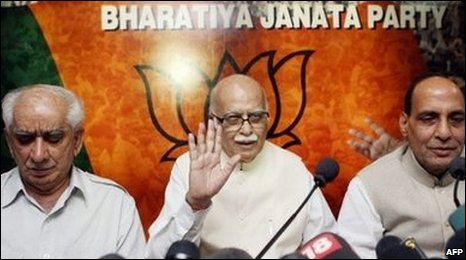 Jaswant Singh (L) attends a press conference with party leader Lal Krishna Advani (C) and party president Rajnath Singh (R) in 2008