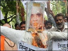 Nationalists burn an effigy of Jaswant Singh in Delhi