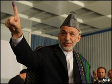 Afghan President Hamid Karzai casts his vote in Kabul (20 August 2009)