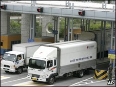 South Korean lorries at the border heading to Kaesong - 18 August 2009