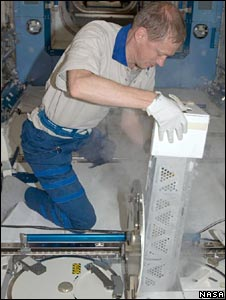 Frank de Winne opens a freezer compartment (Nasa)
