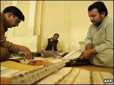 Afghan election workers count votes at a polling station in Kabul on 21/08/09