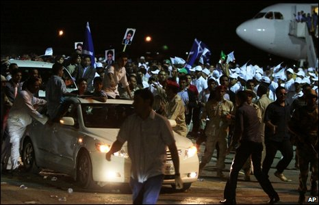 Libyans surround the convoy of Abdelbaset Ali al-Megrahi after his arrival Tripoli's airport, 20 August