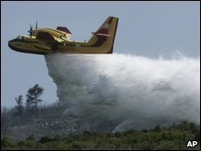 Water bomber drops its load north of Athens - 21 August 2009