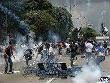 Anti-Chavez protestors flee, Caracas August 22