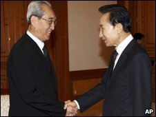 Mr Lee, right, and Kim Ki Nam in Seoul, Aug 23 (S Korea presidential house)