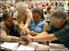 Delegates pray at the Lutheran convention in Minneapolis, 21 Aug