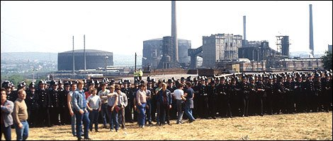 Police and miners gather outside the coking plant at Orgreave, 18th June 1984