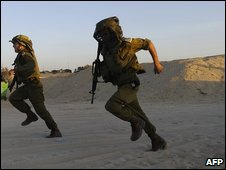 Israeli soldiers run for cover on a beach close to the Gaza Strip (24 August 2009)