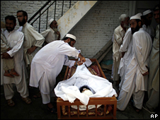 The body of a suspected militant is found in Mingora (21 August 2009)