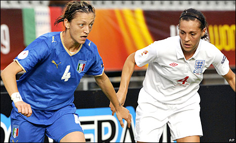 Alessia Tuttino holds off Fara Williams