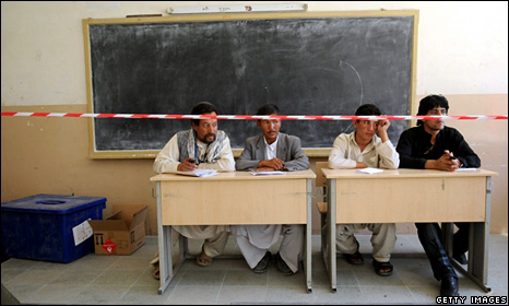 Afghan election monitors in Kabul (19 August 2009)