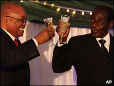 Jacob Zuma (l) shares a toast with Robert Mugabe