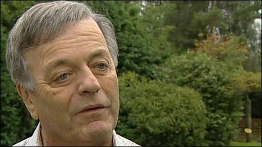 Veteran broadcaster Tony Blackburn pays tribute to Simon Dee
