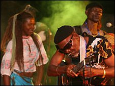 Fatai Rolling Dollar and band