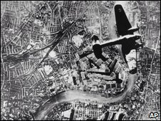 German bomber flies over London