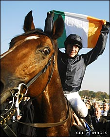 Kieren Fallon celebrates winning the 2007 Prix de l'Arc de Triomphe on Dylan Thomas
