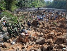 Indonesian police and soldiers search for quake victims during an evacuation at Cikangkareng village in Cibinong on Sept 3, 2009