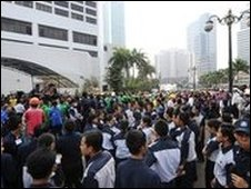 People evacuated from their workplaces gather in Jakarta, Indonesia, 2 September 2009