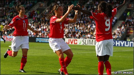 Fara Williams (centre)