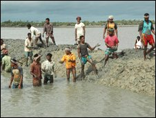 Locals on Gabura Island reinforce mud clay sea defences, south Bangladesh