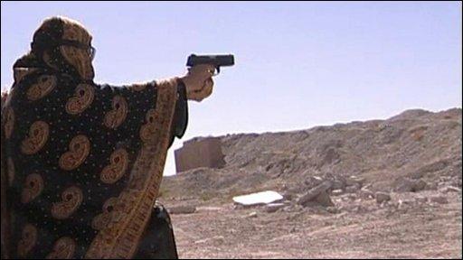 An Afghan policewoman