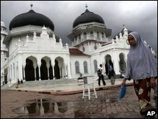 Muslim woman walks past Baiturrahman Grand Mosque in Banda Aceh, 11 September 2009