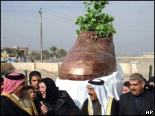 Baghdad unveiling of shoe monument