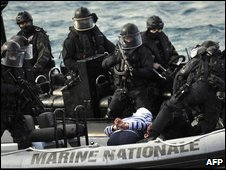 French commandos with a pirate suspect, file image