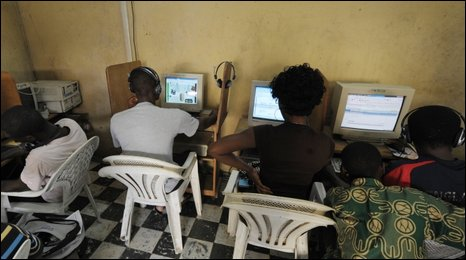 African's using internet cafe