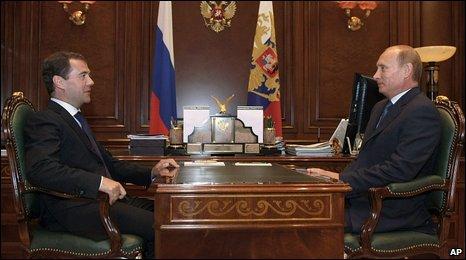 Russian President Dmitry Medvedev and Russian President Vladimir Putin in Moscow (09 September 2009)