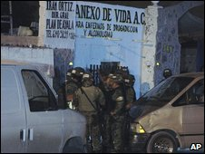Police outside the Anexo de Vida clinic in Ciudad Juarez, Mexico (16 September 2009)