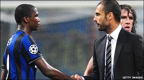 Eto'o (left) and Guardiola shake hands