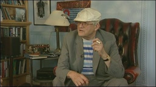 Legendary artist David Hockney, cigarette in hand,says he wants the UK's smoking ban relaxed