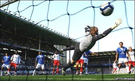 Paul Robinson fails to prevent Everton scoring