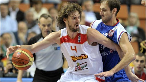 Spain&amp;quot;s Pau Gasol (L) is blocked by Serbia&amp;quot;s Nenad Krstic