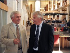 Heritage Minister Alun Ffred Jones (r) and library president Dafydd Wigley