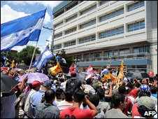 Supporters of ousted Honduras President Manuel Zelaya outside the UN buildings in Tegucigalpa (21 September 2009)