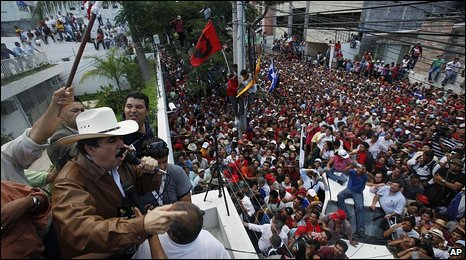 Supporters of Manuel Zelaya outside the Brazilian embassy in Tegucigalpa (21 September 2009)