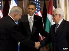 Israeli PM Benjamin Netanyahu (L), US President Barack Obama (C) and Palestinian leader Mahmoud Abbas (R) in New York (22 September 2009)
