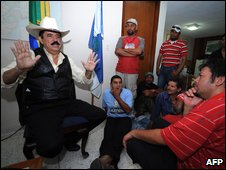 Ousted Honduran President Manuel Zelaya, left, answers questions from the press, at the Brazilian Embassy in Tegucigalpa (24 Sept 2009)