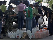 Security personnel check a delivery of food to the Brazilian embassy in Tegucigalpa, Honduras (24 September 2009)