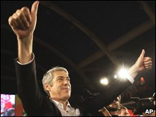 Portuguese Prime Minister and Socialist Party leader Jose Socrates gestures to supporters during his party's general election closing rally, Lisbon (25 Sept 2009)