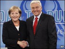 Angela Merkel shakes hands with Frank-Walter Steinmeier at a television studio in Berlin (13.9.09)