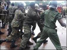 Guinea soldiers arresting protesters (28 Sept 2009)
