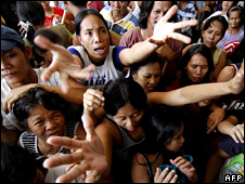 People try to get aid in Marikina City (29 September 2009)