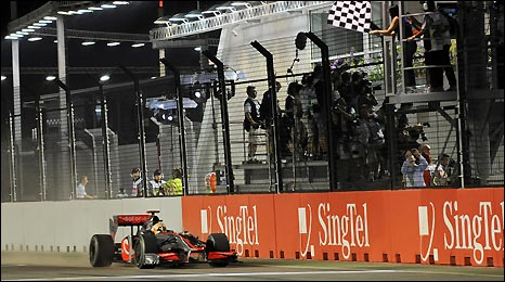 Lewis Hamilton wins in Singapore and reduces Ferrari's lead over McLaren