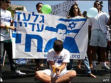 اسرائيليون يطالبون باطلاق سراح شاليط