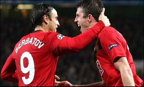 Dimitar Berbatov and Michael Carrick celebrate Man Utd's winner